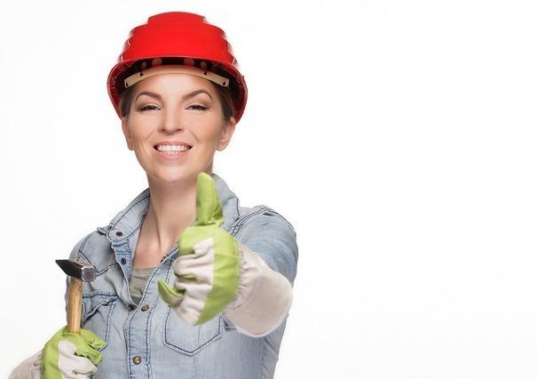 作業服にヘルメットの女性
