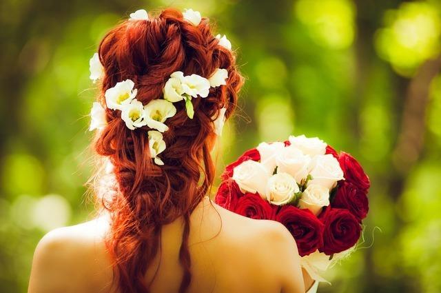 ルーズな髪型の女性