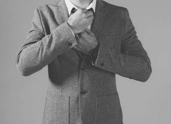 ネクタイをしめる男性