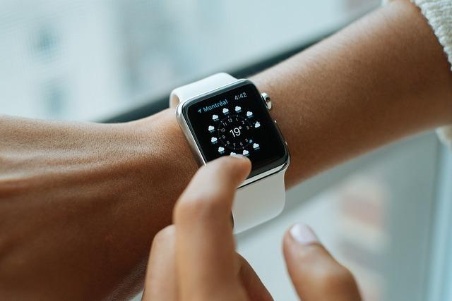 腕時計をチェックする人