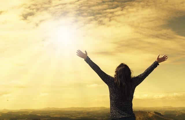 大自然の中、日光を浴びる人
