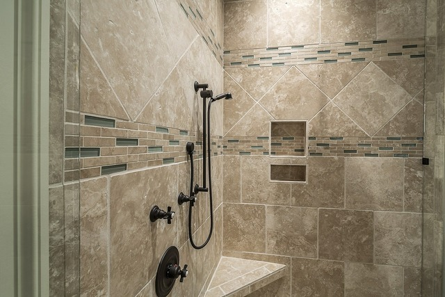 タイルを基調としたシャワールーム