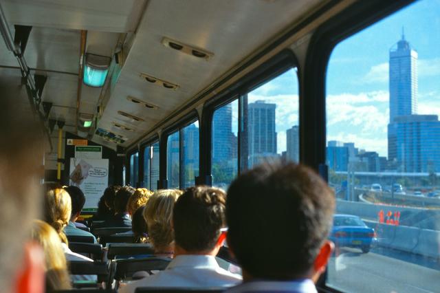 バス通勤の風景画像