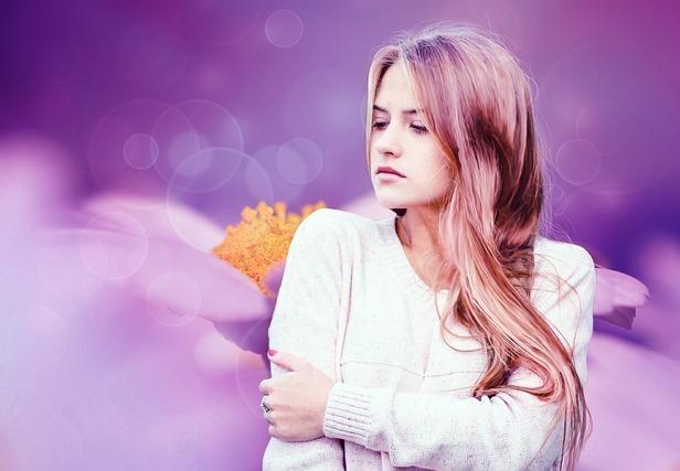 紫の背景の外国人