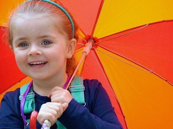 傘をさす子供