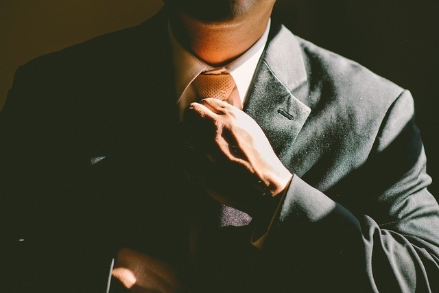 ネクタイを締めた男性