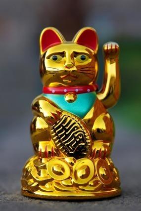 金でできた招き猫