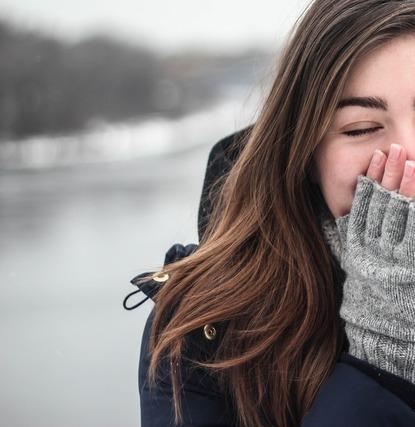 防寒対策をしている女性
