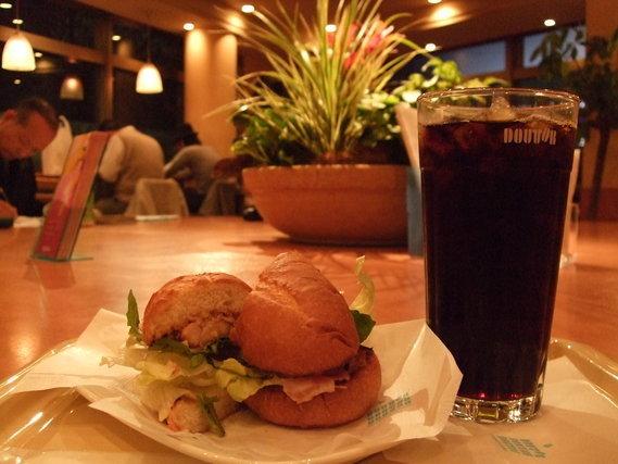 アイスコーヒーとハンバーガー