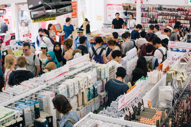 大勢の人が買い物をしている店内