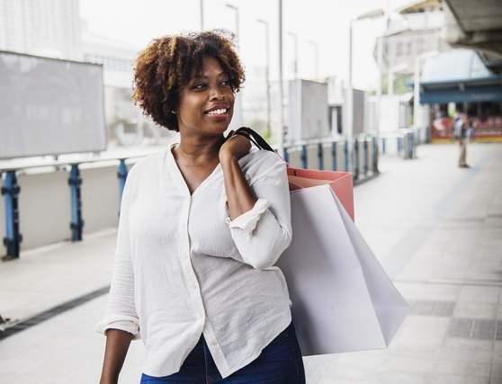 ブランド品を買う女性