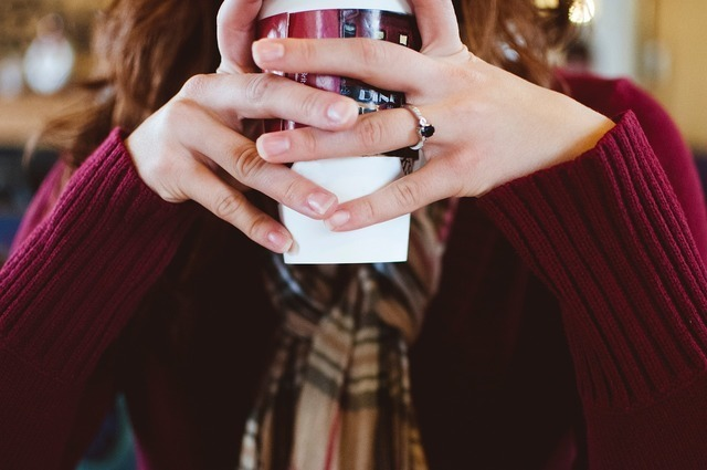 カップを持つ女性の手