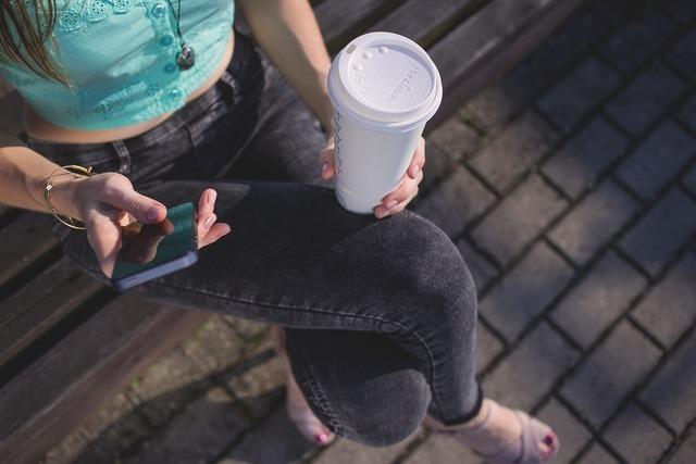 カップを持って座る女性