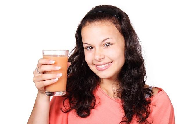 コップを持つ笑顔の女性