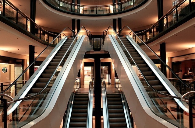 ショッピングモールのエスカレーター