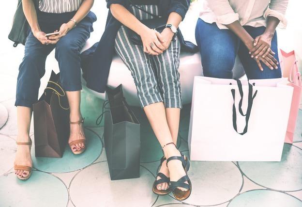 買い物帰りの人々