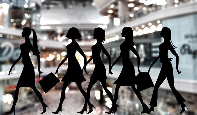 買い物を楽しむ女性達