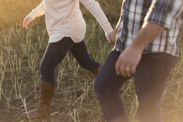 ブーツを履いて歩く親子