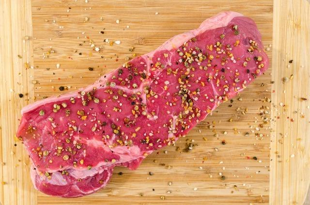 塩コショウされたステーキ用肉