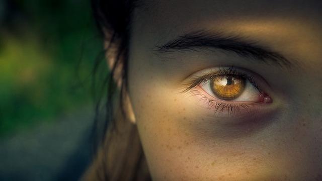 片目の女性