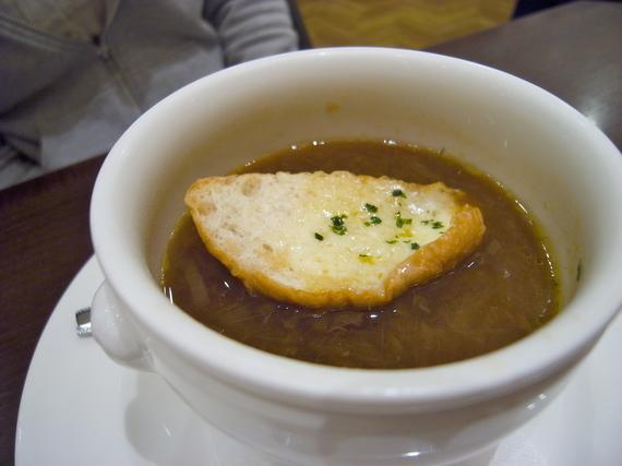 カップに入ったオニオンスープ
