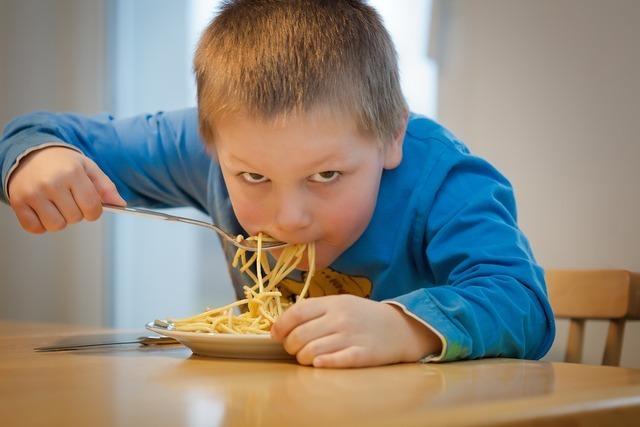 パスタを食べる少年