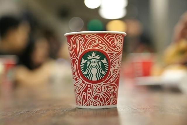 赤いスタバのカップ