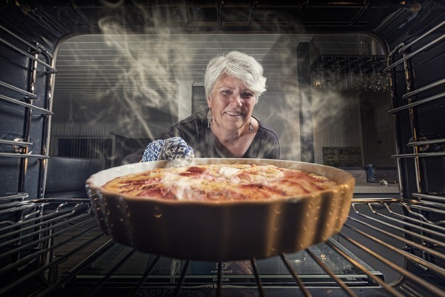 パイを焼く女性
