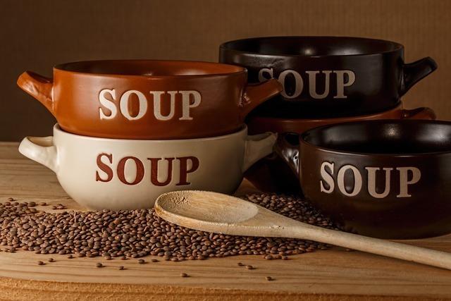 重なるスープカップ