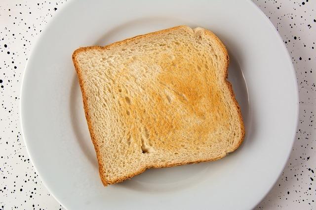 白いお皿に乗ったトースト