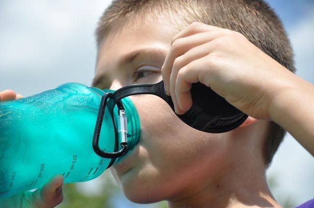 ペットボトルを飲む少年