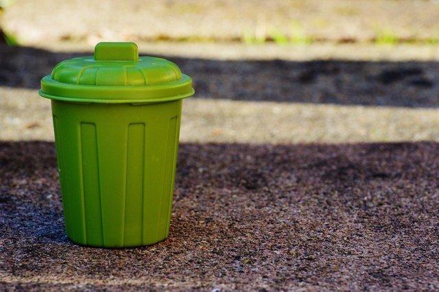 黄緑色のゴミ箱