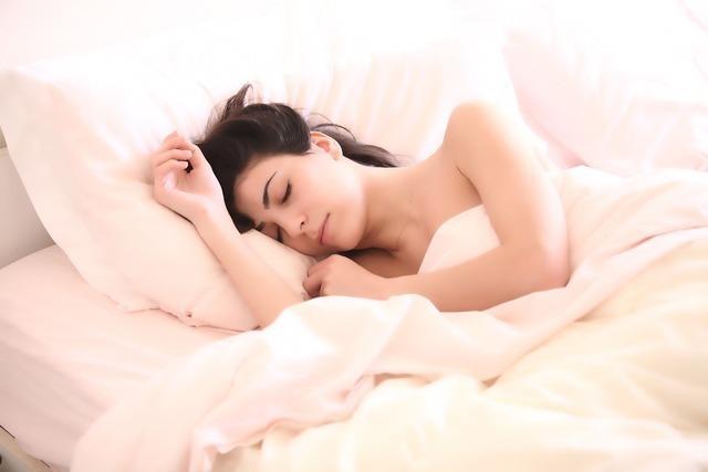 肌触りの良さそうな布団で寝ている女性