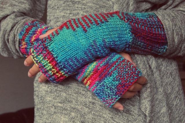 指なし手袋をはめる女性
