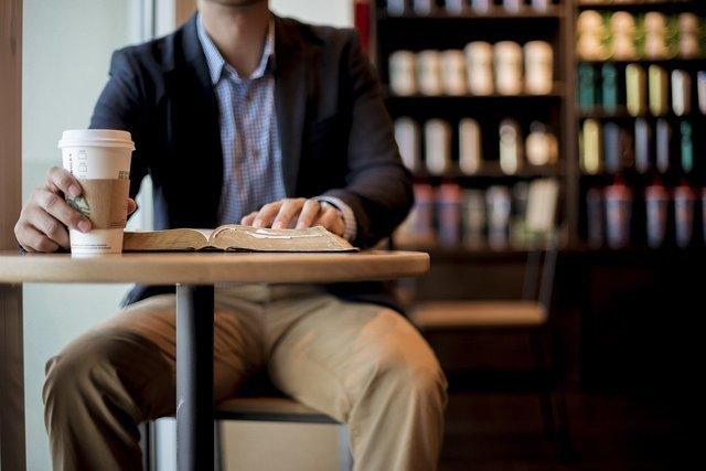 スタバの席に座る男性