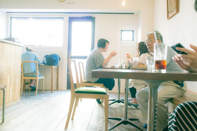 落ち着いた内装のカフェ
