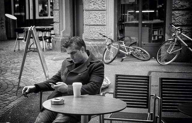 カフェで座る男性