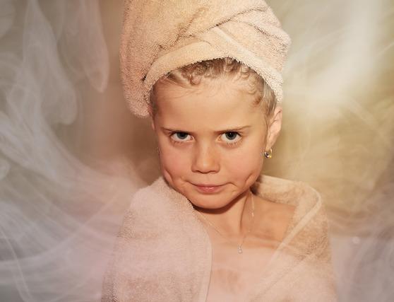 タオルを髪に巻いた少女