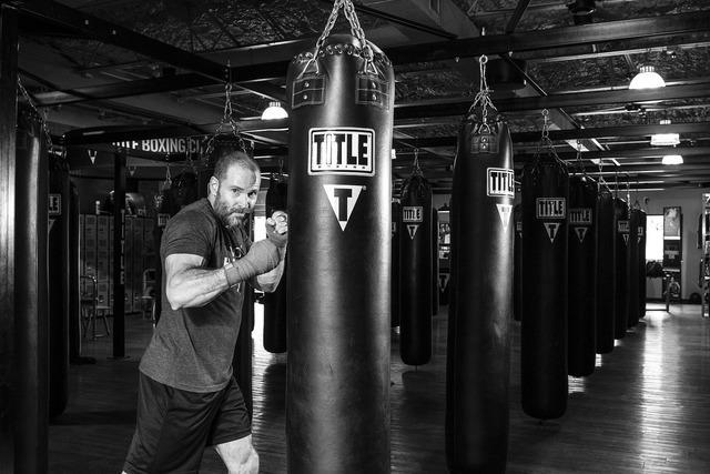 ボクシング中の男性