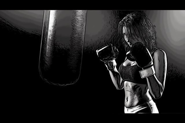 サンドバッグで練習する女性