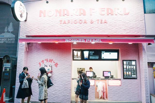 ピンクカラーのタピオカ店