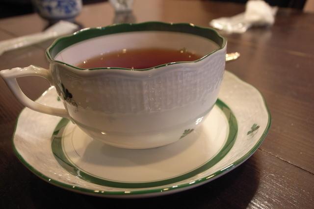 緑の淵が付いたカップ