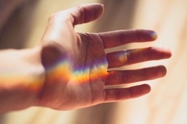 手のひらと虹
