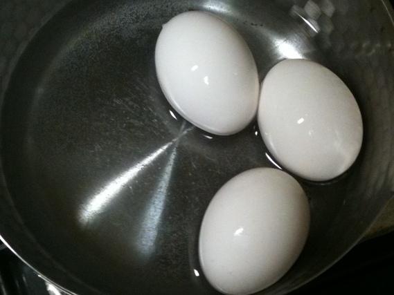 ゆで卵を漬ける