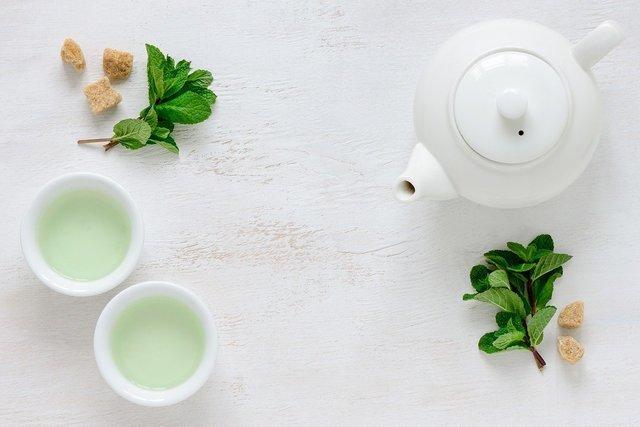 白いポットと茶器