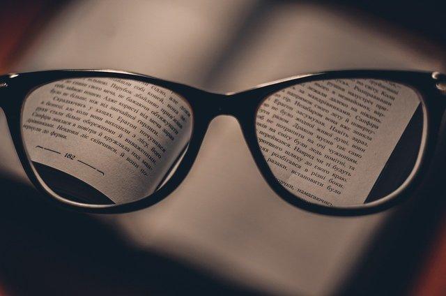 黒縁メガネと本