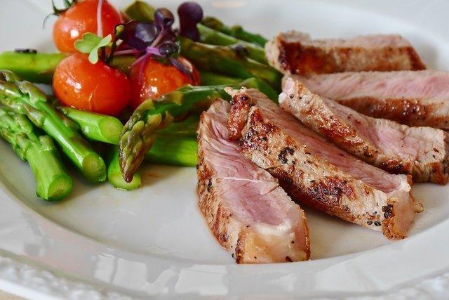 肉料理に野菜の付け合わせ