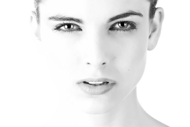 しかめっ面の女性の顔