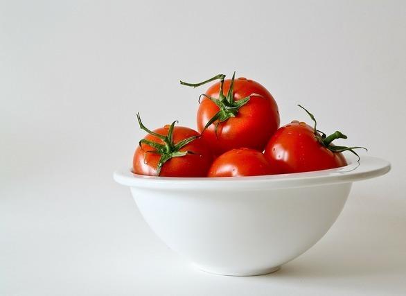 カゴに入ったトマト