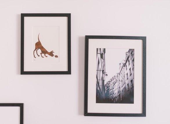 壁に飾られている絵や写真